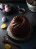Bundt cake alle prugne e cacao con confettura nell'impasto
